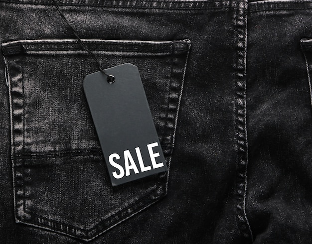 Jeans neri con un primo piano dell'etichetta di vendita. sconti stagionali