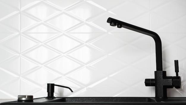 Lavello da cucina nero nel moderno design d'interni bianco della cucina Foto Premium