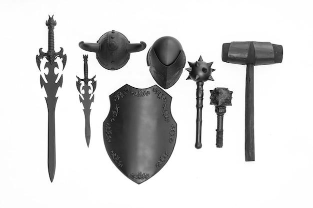 Scudo cavaliere nero e arma isolati su sfondo bianco