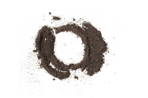 Cerchio di terra nera per pianta isolata su priorità bassa bianca. modello di terra. copia spazio.