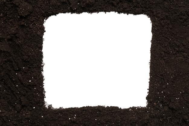 Terra nera per pianta isolata su sfondo bianco. portafoto. copia spazio.