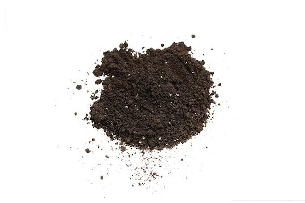 Terra nera per pianta isolata su sfondo bianco. modello di terra.