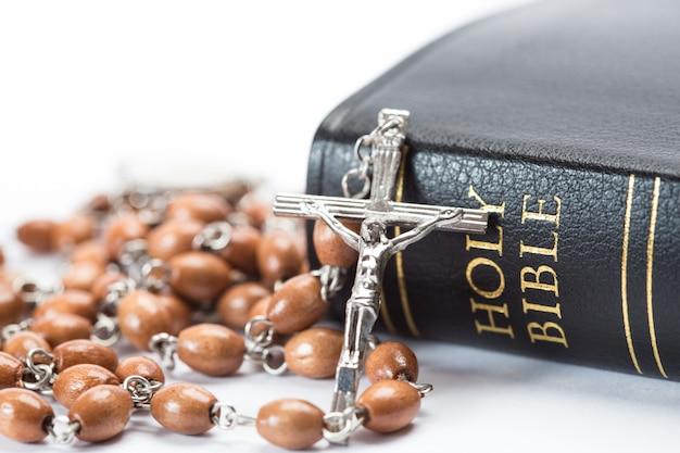 Sacra bibbia rilegata in pelle nera con grani di rosario
