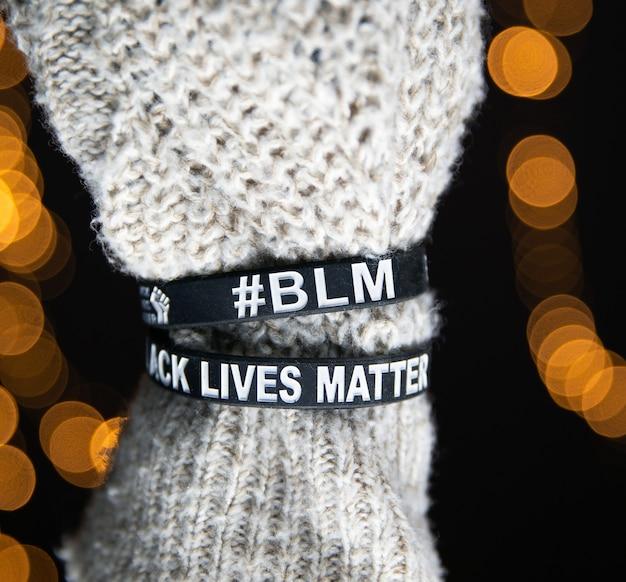Black lives matter movimento braccialetti braccialetti, sayitbands in bianco e nero, concetto di sfondo per il primo piano antirazzismo