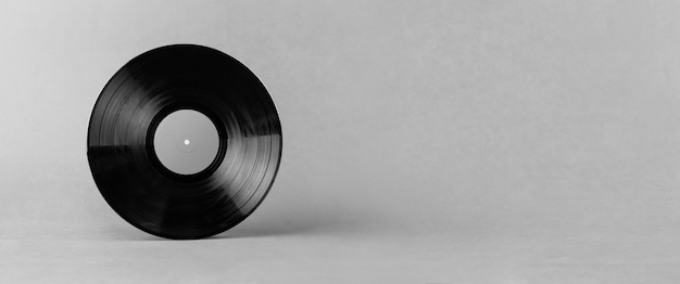 Disco in vinile nero lp isolato su sfondo grigio astratto
