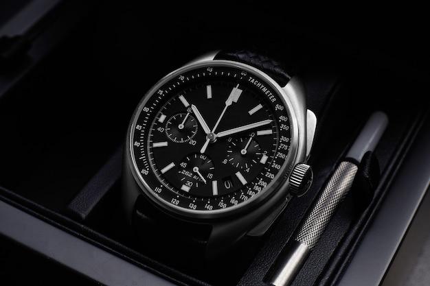 Orologio di lusso nero su sfondo nero