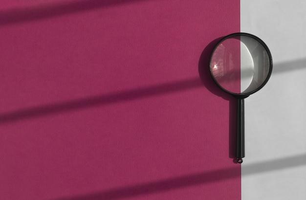 Lente d'ingrandimento nera su sfondo viola brillante strumento di ricerca su banner con spazio di copia
