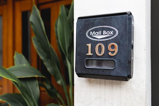 Cassetta postale nera con sopra il numero 109 on