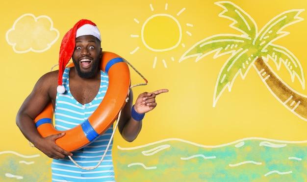 Uomo di colore in costume da bagno pronto ad andare in un luogo soleggiato per natale