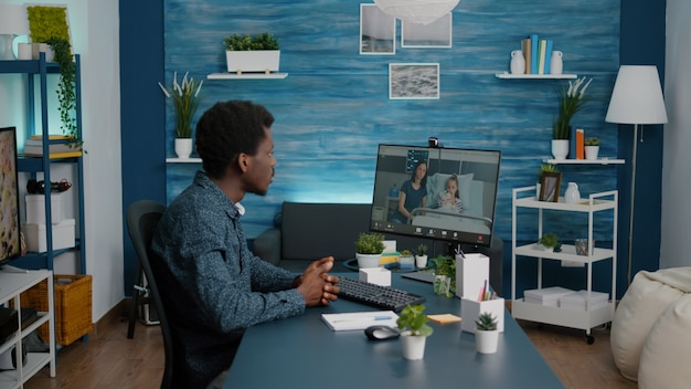 Uomo di colore che parla via webcam online chiama con la moglie della salute dei bambini mentre sono distesi nel reparto ospedaliero. consulenza e consulenza in telemedicina sanitaria per il trattamento. chiamata in quarantena