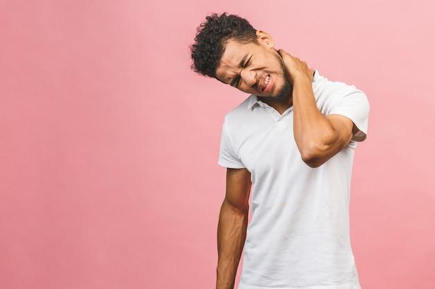 Uomo nero in maglietta bianca su sfondo nero rosa ragazzo sente disagio fisico malsano stanco chiuso gli occhi per il dolore al collo