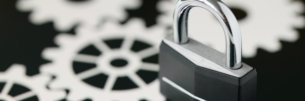 Lucchetto in metallo nero in piedi sul primo piano dello schermo del tablet. concetto di sicurezza dei dati