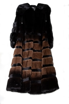 Cappotto di visone nero isolato su sfondo bianco. pelliccia naturale di lusso. pelliccia con cappuccio