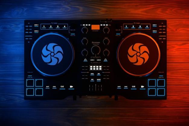 Black modern dj set giradischi mixer equipment in luci di colore su un tavolo di legno. rendering 3d