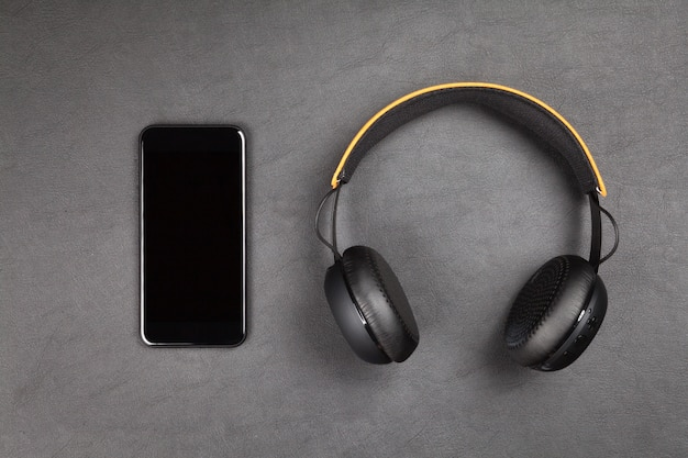 Smartphone e cuffie moderni neri