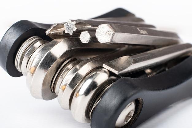Multitool nero con cacciavite e chiavi esagonali per il primo piano della bicicletta.