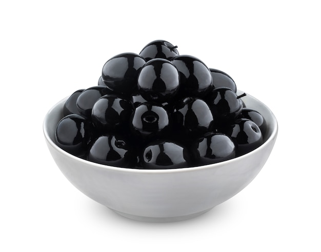 Olive nere isolate su sfondo bianco