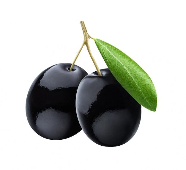 Olive nere con foglie su superficie bianca