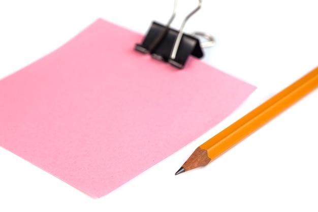 Graffetta nera e carta rosa isolato su sfondo bianco.