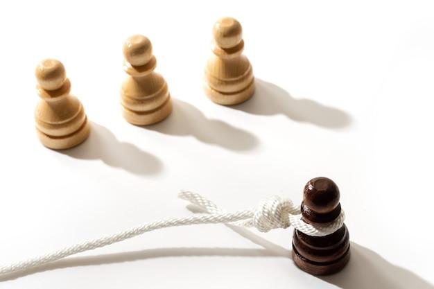 Pedone nero con un anello del boia su un collo. concetto di razzismo e discriminazione.