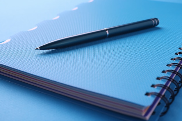 La penna nera si trova sul taccuino blu con i documenti