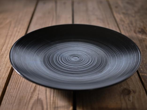 Piatto nero sul tavolo