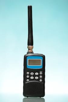 Uno scanner radio nero su sfondo blu