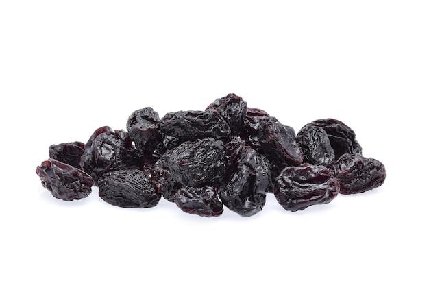 Uva passa nera isolata su bianco