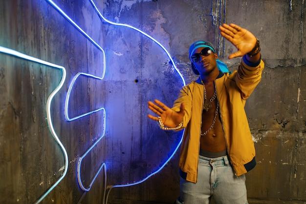 Rapper nero contro l'emblema al neon del gruppo musicale