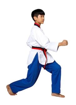 Cintura rossa nera taekwondo karate kid adolescente atleta mostra tradizionale combattimento pone poomsae in vestito uniforme sportiva, ragazzo di 15 anni, studio illuminazione sfondo bianco isolato profilo a figura intera