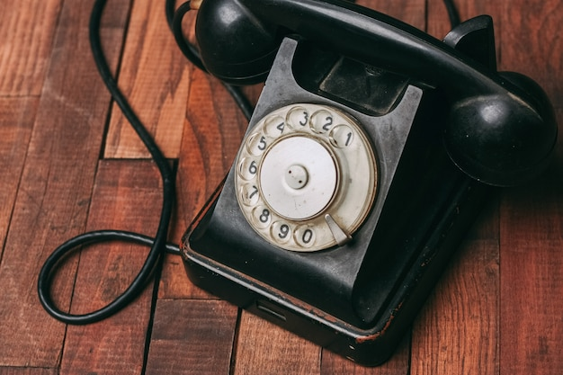 Antico di comunicazione di vecchia tecnologia del telefono retrò nero