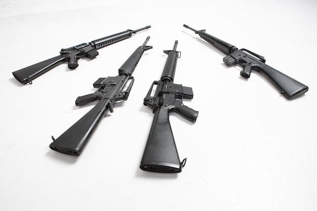 Mitragliatrice fucile nero isolato su priorità bassa bianca