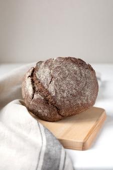 Pane di segale nero su una tavola di legno