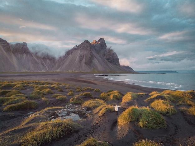Dune di sabbia nera sul promontorio di stokksnes sull'icela sudorientale