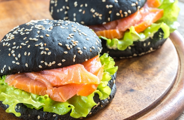 Panino nero con salmone