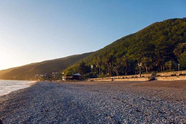 Mar nero in abkhazia insolitamente pulito e luminoso al tramonto