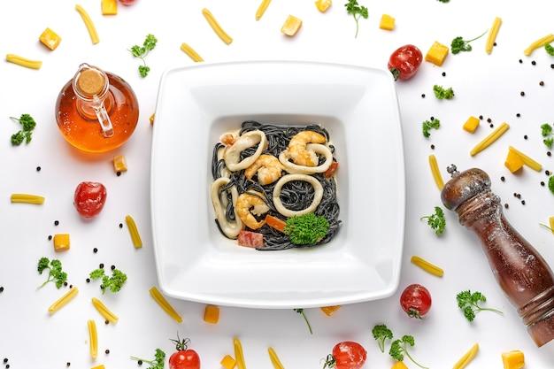 Pasta di pesce nero italiana fatta in casa con gamberetti, cozze in fondo bianco