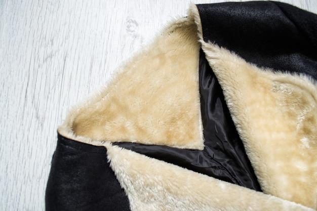 Cappotto di montone nero. concetto alla moda. avvicinamento