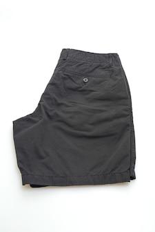 Pantalone corto nero piega isolato su sfondo bianco