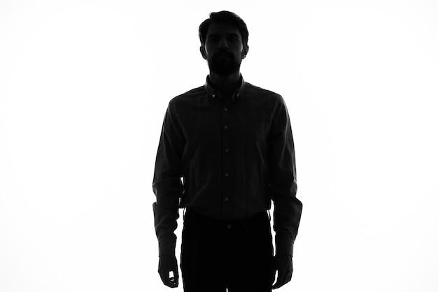 Sagoma nera di un uomo su un modello di vista ritagliata bianco