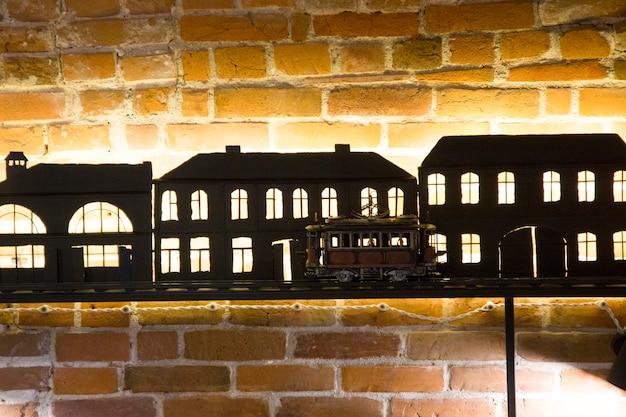 Sagome nere di case con illuminazione