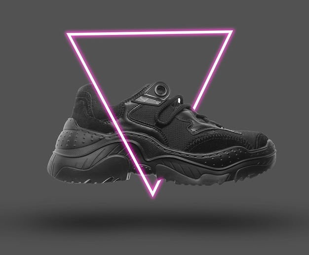 Sneaker nera. estetica futuristica con onde synth anni '80 e triangolo incandescente retrowave