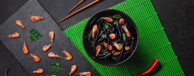 Spaghetti al nero di seppia e frutti di mare. vista dall'alto