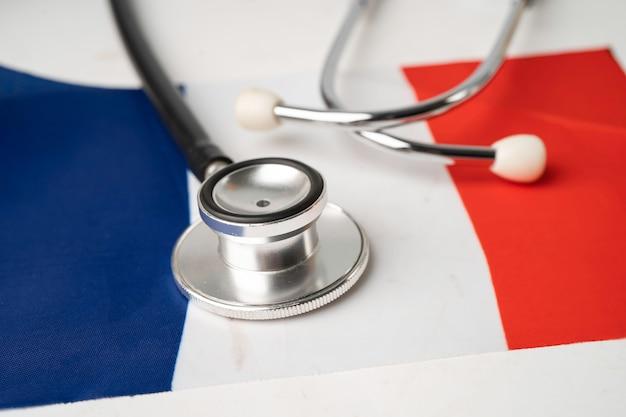 Stetoscopio nero sulla bandiera della francia, concetto di affari e finanza.