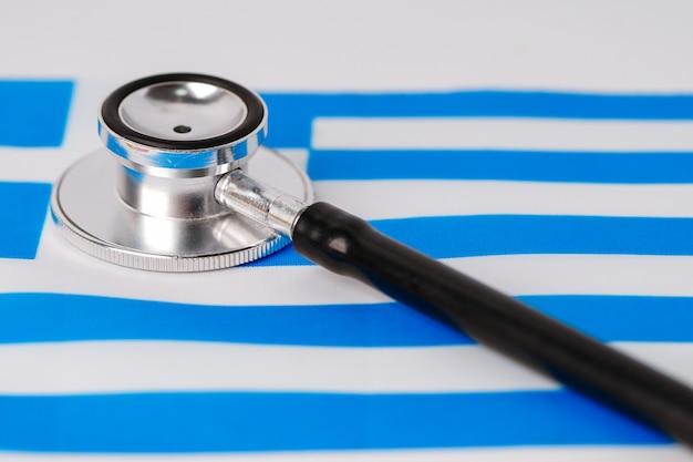 Stetoscopio nero sulla bandiera della grecia