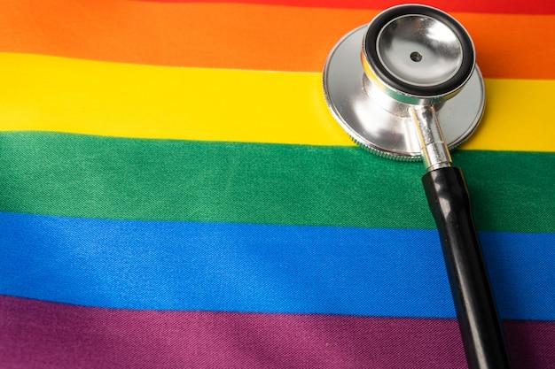 Stetoscopio nero su arcobaleno, simbolo del mese di orgoglio lgbt.