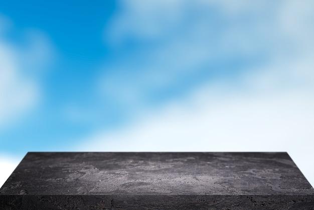 Superficie di pietra nera contro il cielo blu durante il giorno