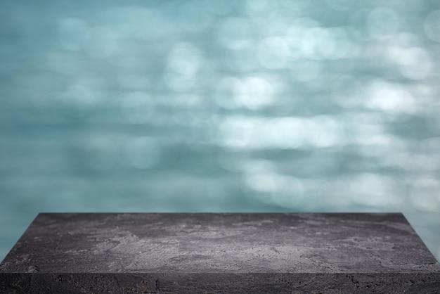 Superficie di pietra nera su sfondo blu sfocato