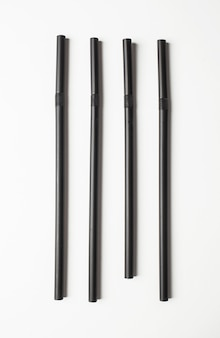 Cannucce nere disposte in fila. concetto di ocd.
