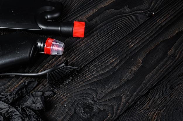 Concetto di servizio di pulizia domestica in stile nero con forniture